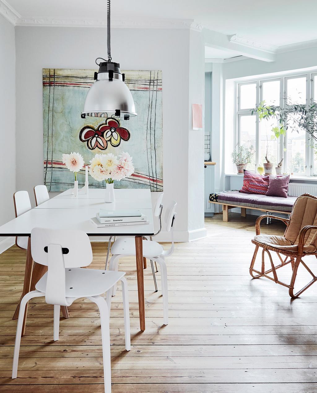 vtwonen 02-2021 | woonkamer met witte tafel en bank