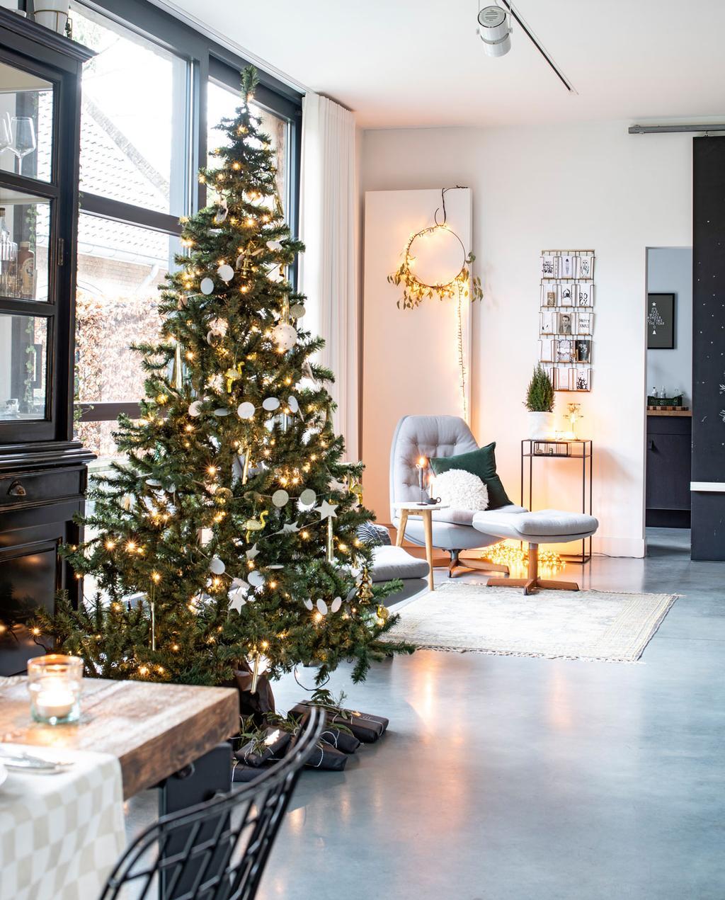 vtwonen 12-2019 | Binnenkijken in een vrijstaand huis in Geleen woonkamer kerstboom