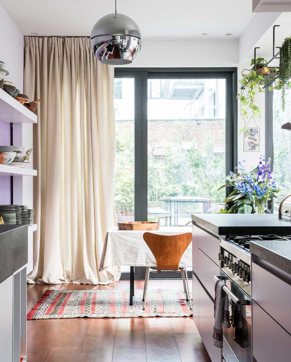 vtwonen 10-2020 | binnenkijken| kijkkamer | Antwerpen| keuken met eettafel en vlinderstoel