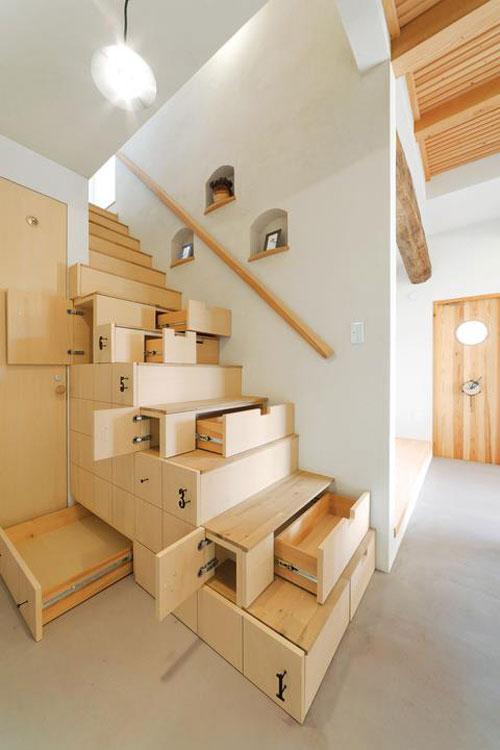 Deze trapkast bestaat uit lades en kasten die in de treden zijn weggewerkt