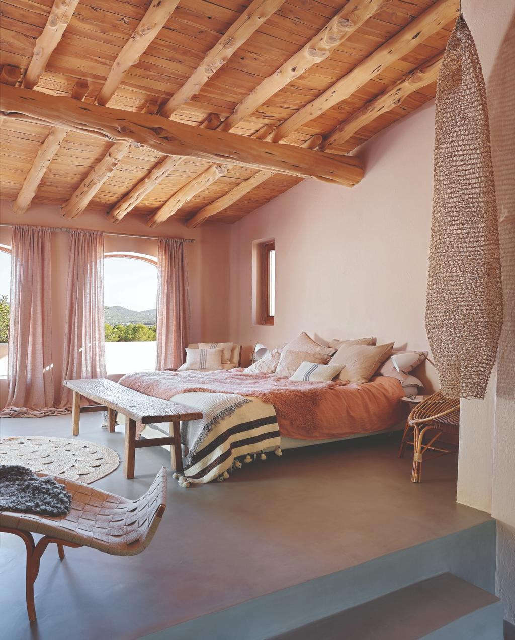 vtwonen 07-2020 binnenkijken ibiza slaapkamer met originele houten balken