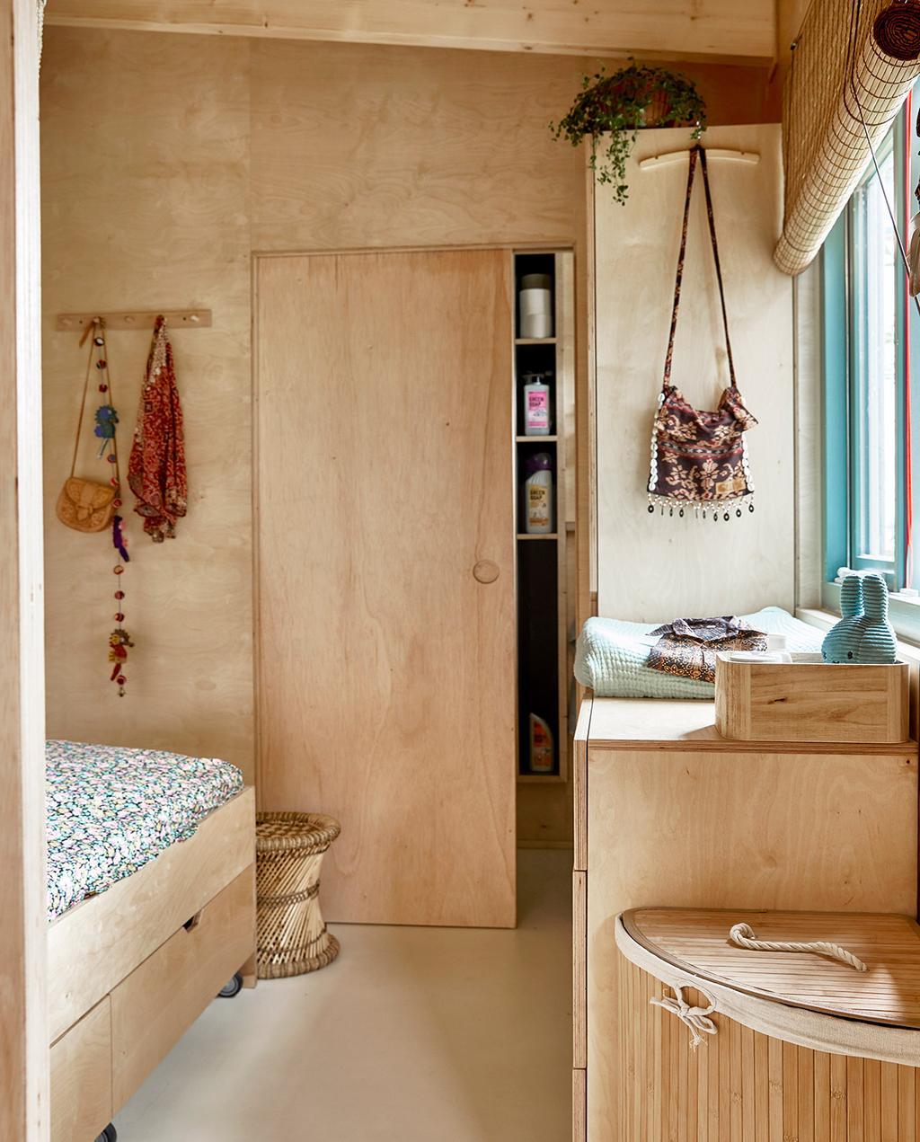 vtwonen binnenkijken special tiny houses | slaapkamer met commode en kast