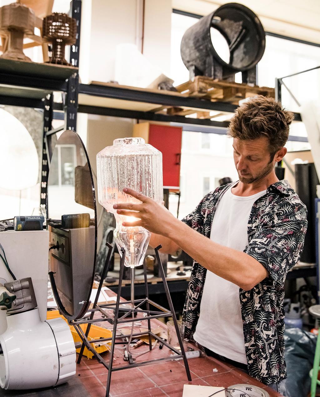 vtwonen 9-2019 | Ambacht Klaas Kuiken glazen lamp | Ambacht glas blazen