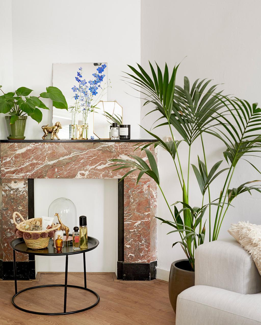 vtwonen special tiny houses | marmeren schouw met grote plant en veel gouden ornamenten I jaren 30-appartement