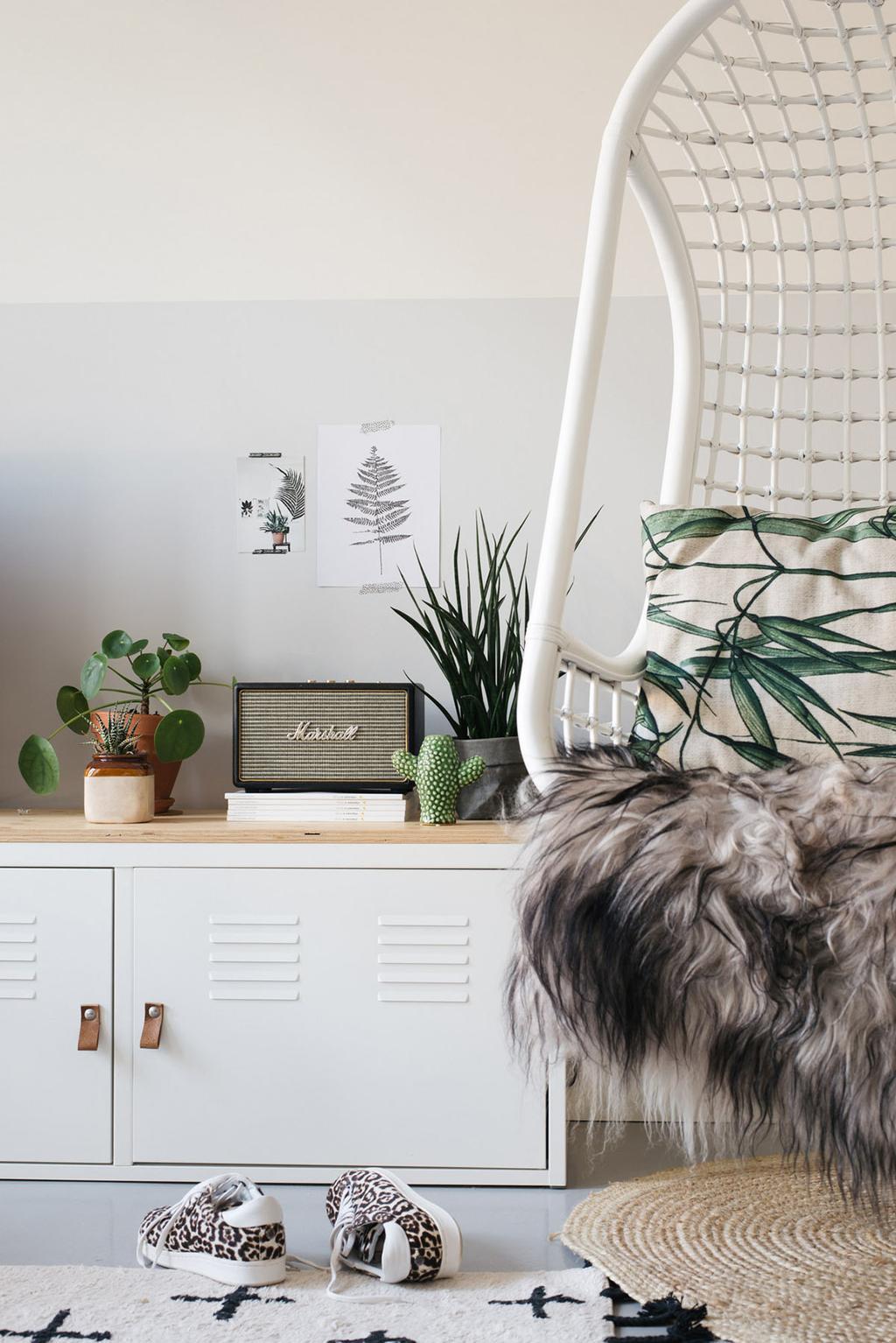 Witte hangstoel in een botanisch interieur met vtwonen posters