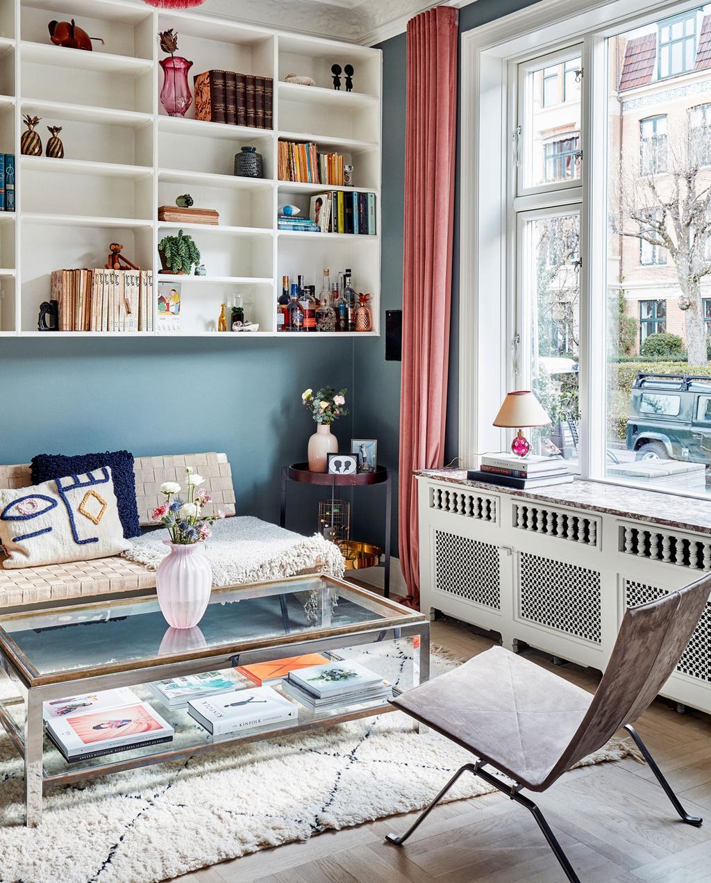 vtwonen 10-2019 | woonkamer vloerkleed blauwe wand