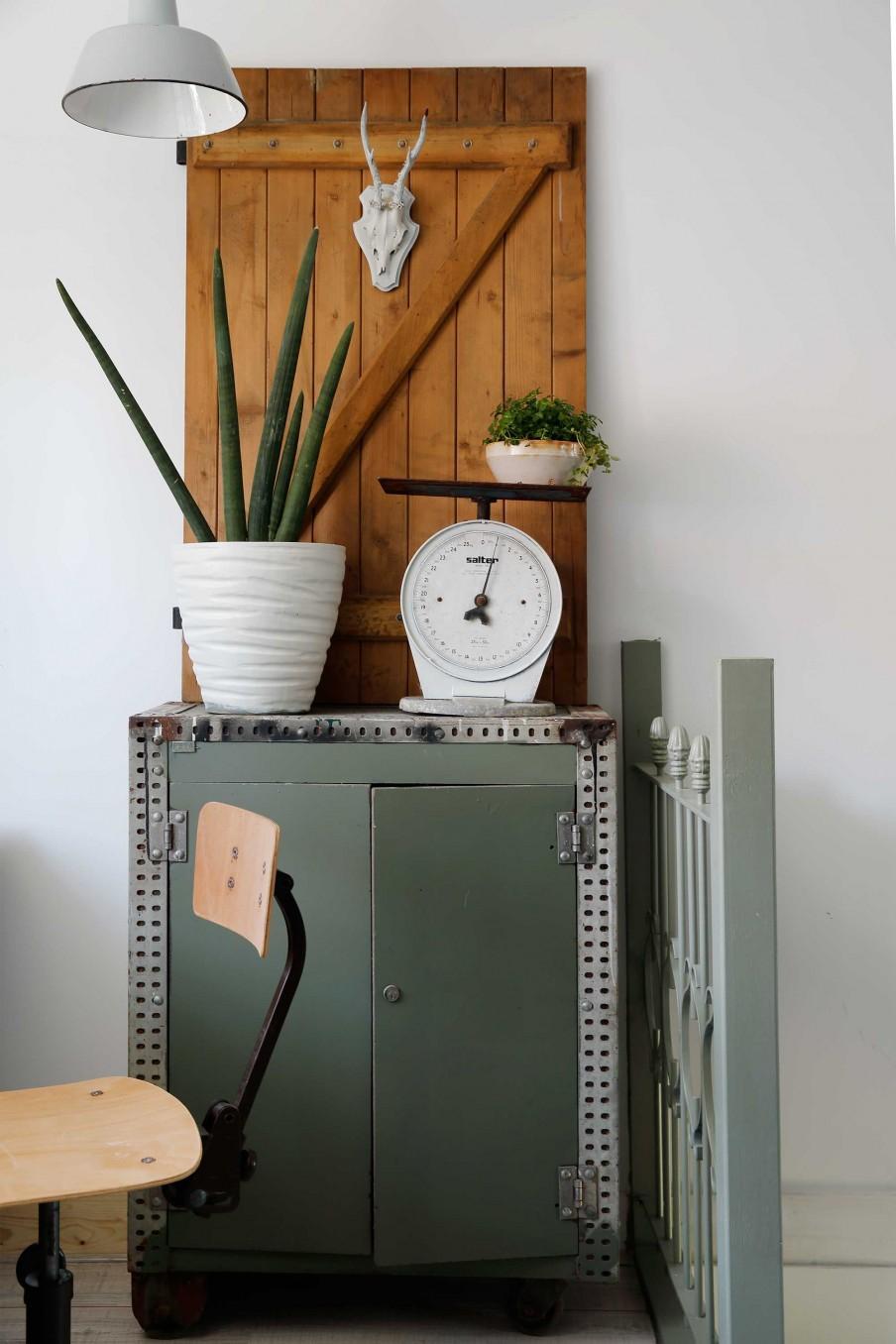 vieille armoire avec balance