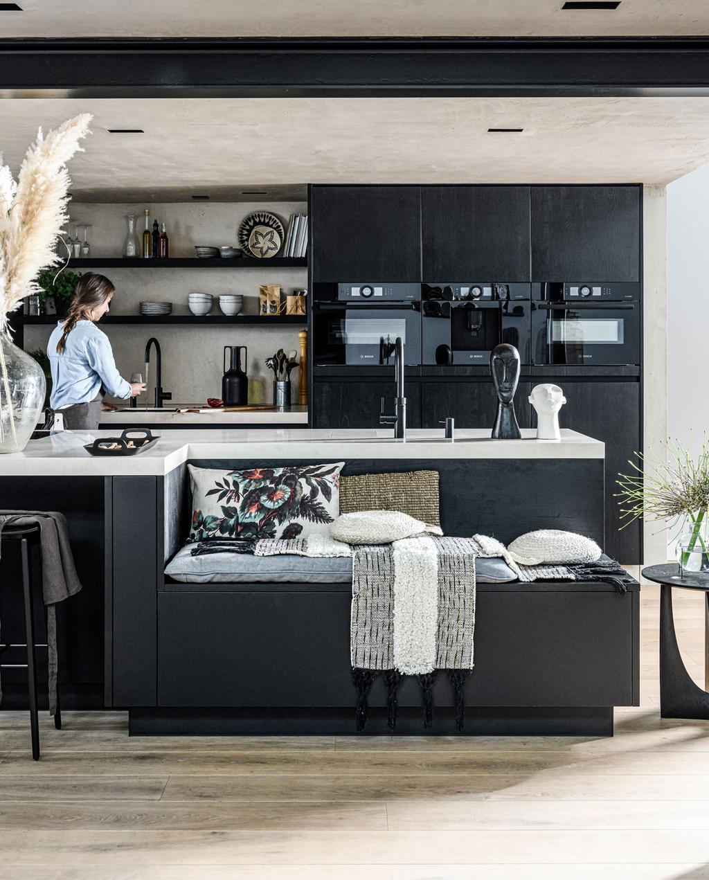 vtwonen bosch binnenkijken in haarlem keuken met zwarte houten frontjes