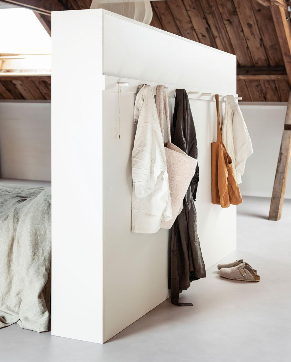 vtwonen 11-2019 | diy large bed achterwand kastenwand kapstok