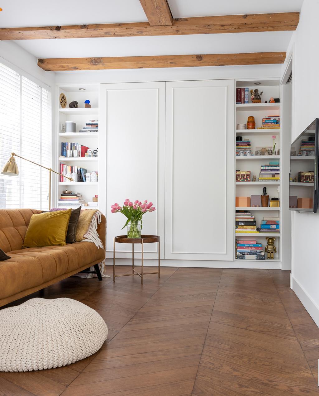 donkere vloer | vtwonen special tiny houses | kast in de woonkamer van het appartement in amsterdam