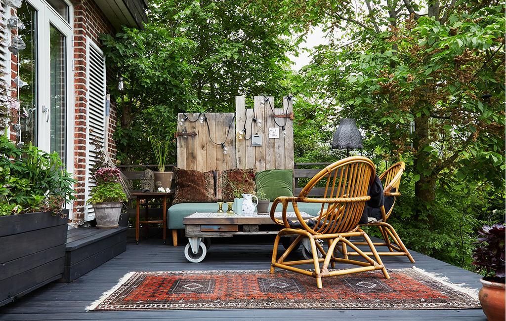 vtwonen tuin special 1 | hoog leef terras met loungebank en rotan stoelen Kopenhagen
