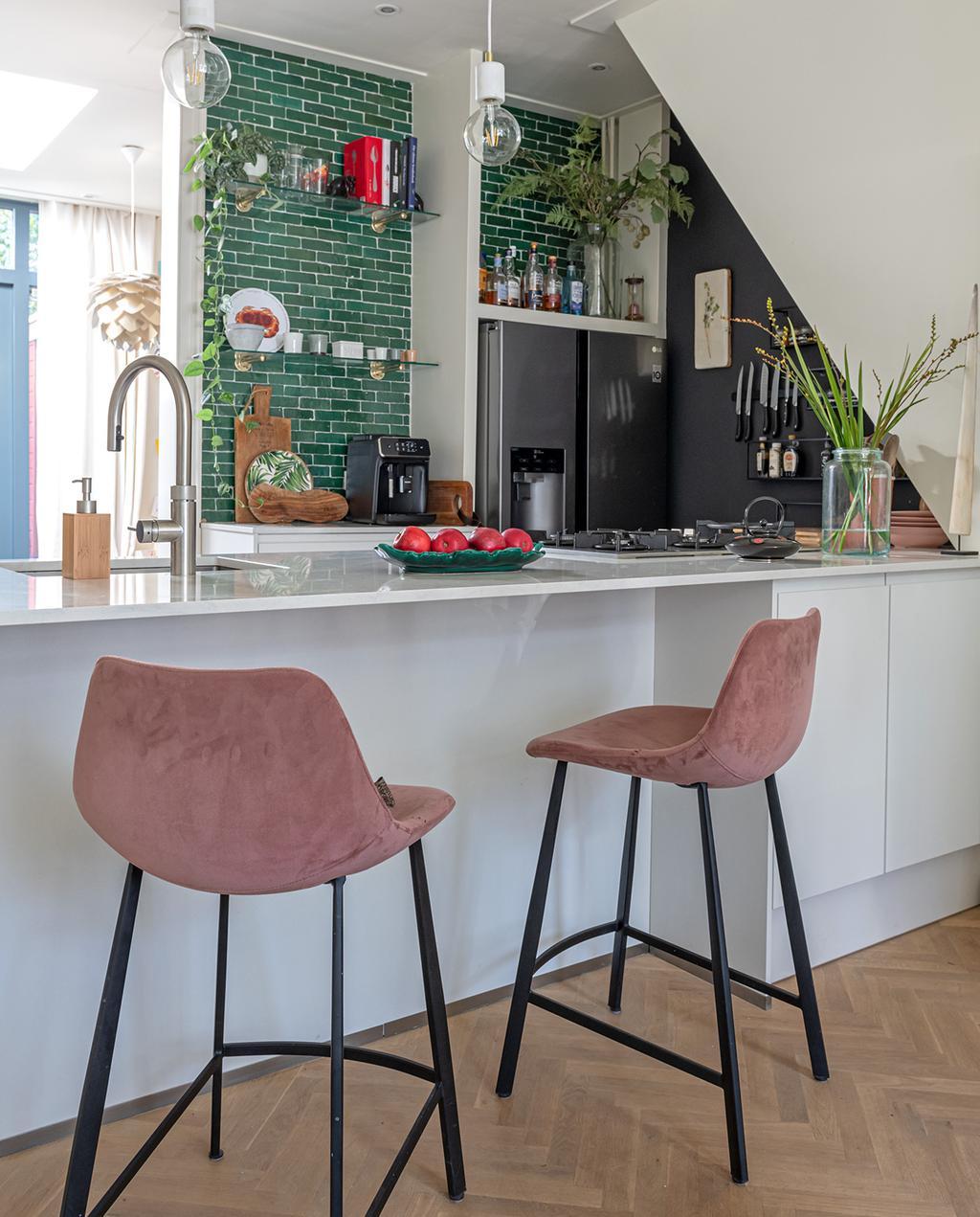 vtwonen special tiny houses | roze hoge barkrukken groene tegels