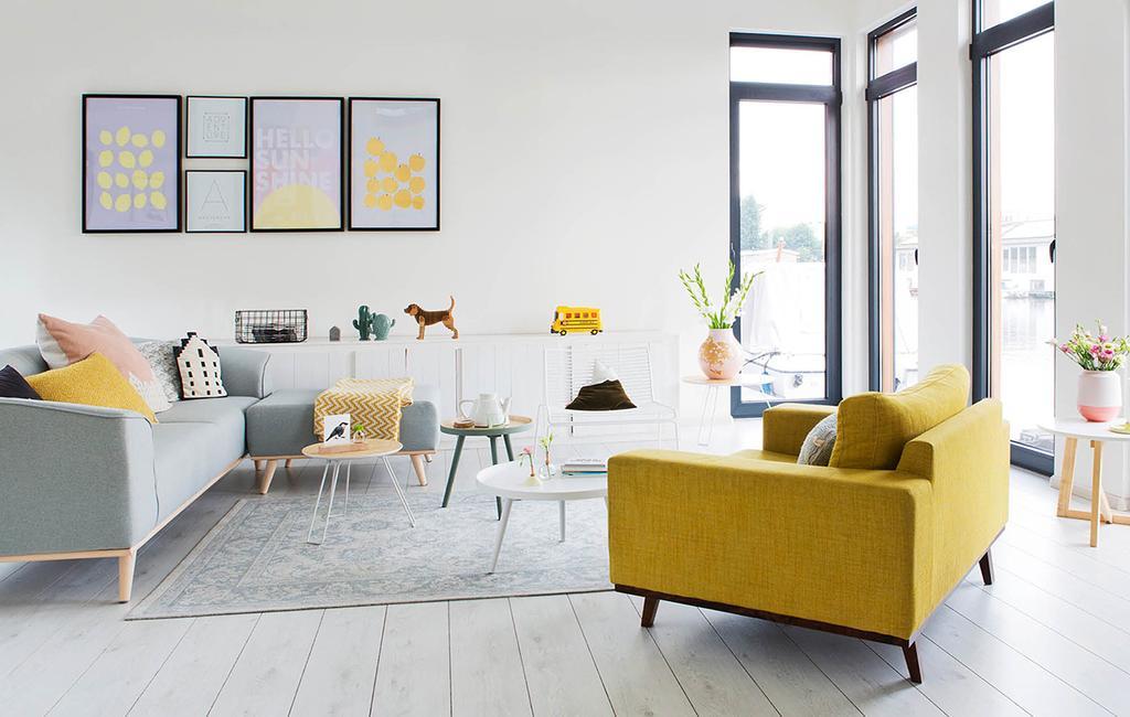 vtwonen 06-2018 | woonkamer in woonark in Amsterdam met grijze hoekbank en gele fauteuil