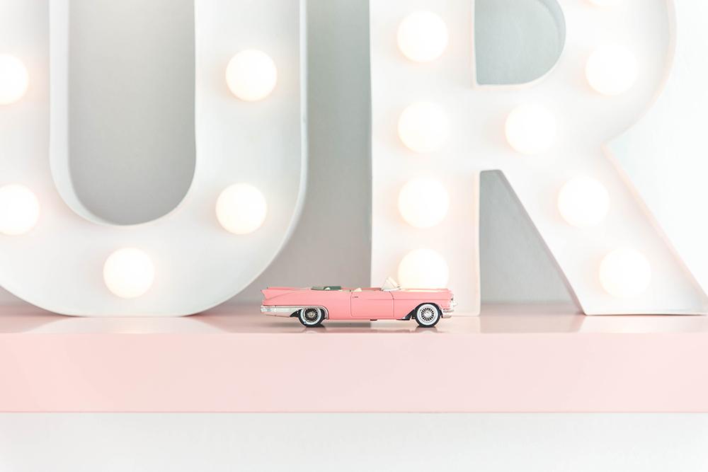 stylen met vintage speelgoedauto