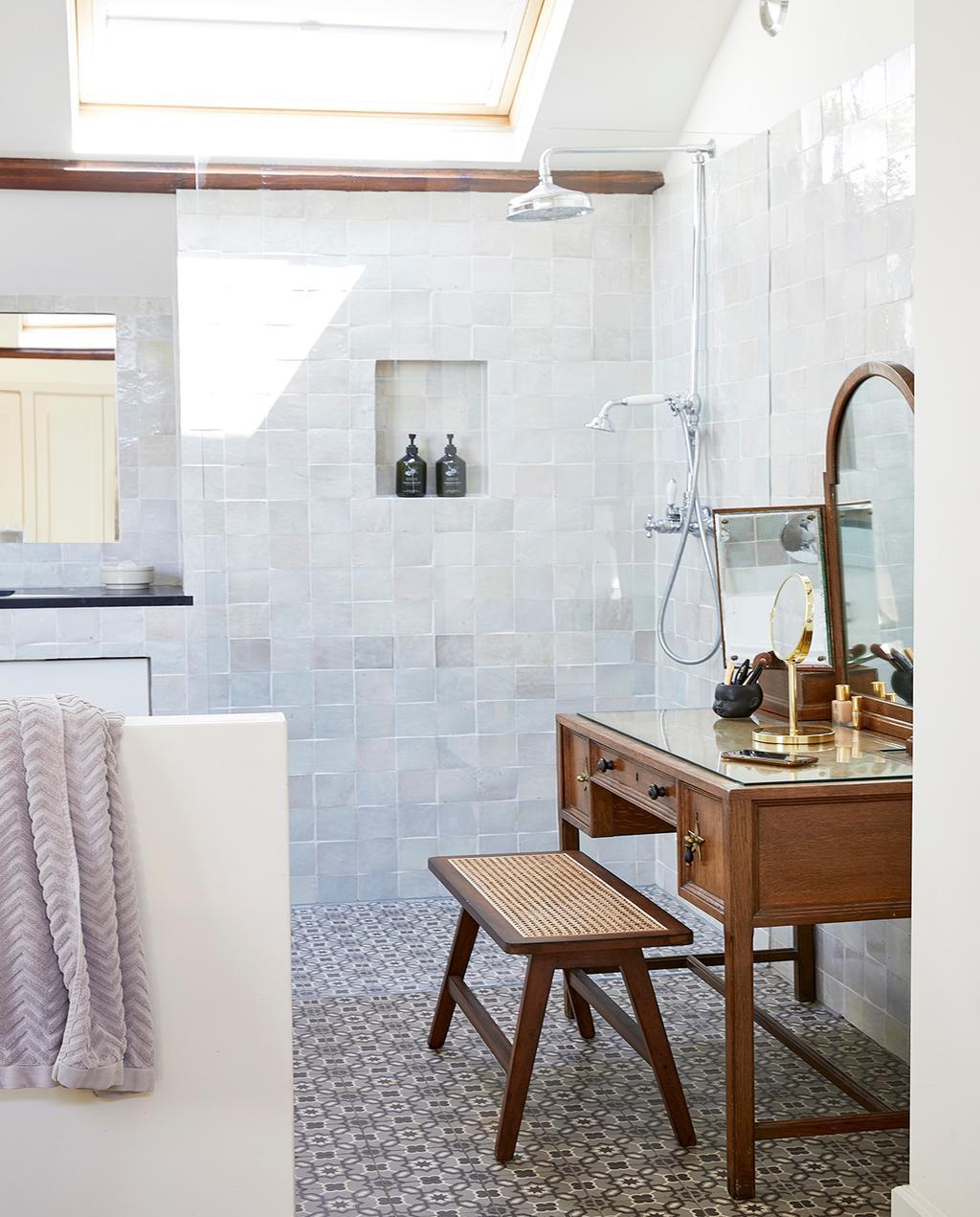 vtwonen 02-2021 | binnenkijken bij Martine badkamer met witte tegels en een makeup tafel van hout