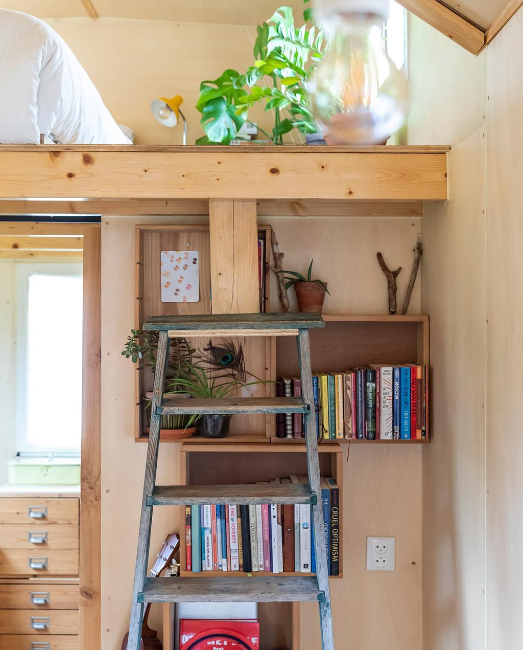 vtwonen special tiny houses | ladder met hoogslaper