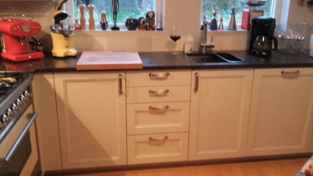 mooie-apparaten-en-lekker-naar-buiten-kijken-als-ik-aan-het-koken-ben-stoere-kraan-en-houten-deurtjes-geen-kastjes-boven-maar-wel-metalen-rekken-voor-de-pannen