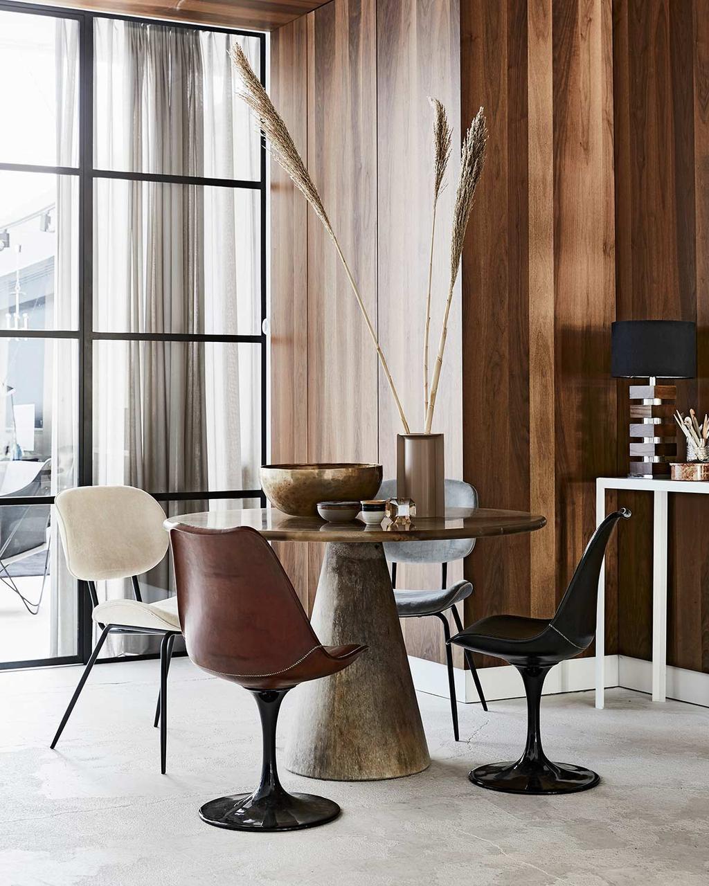 Houten wandbekleding en ronde eettafel in modern interieur