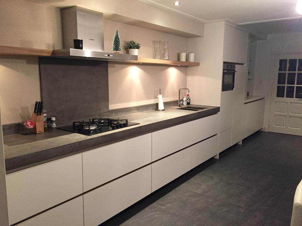 de-keuken-loopt-over-in-een-kastdeel-die-in-de-ruimte-tussen-de-keuken-en-de-woonkamer-staat-in-totaal-is-de-keuken-kastdeel-7m-lang