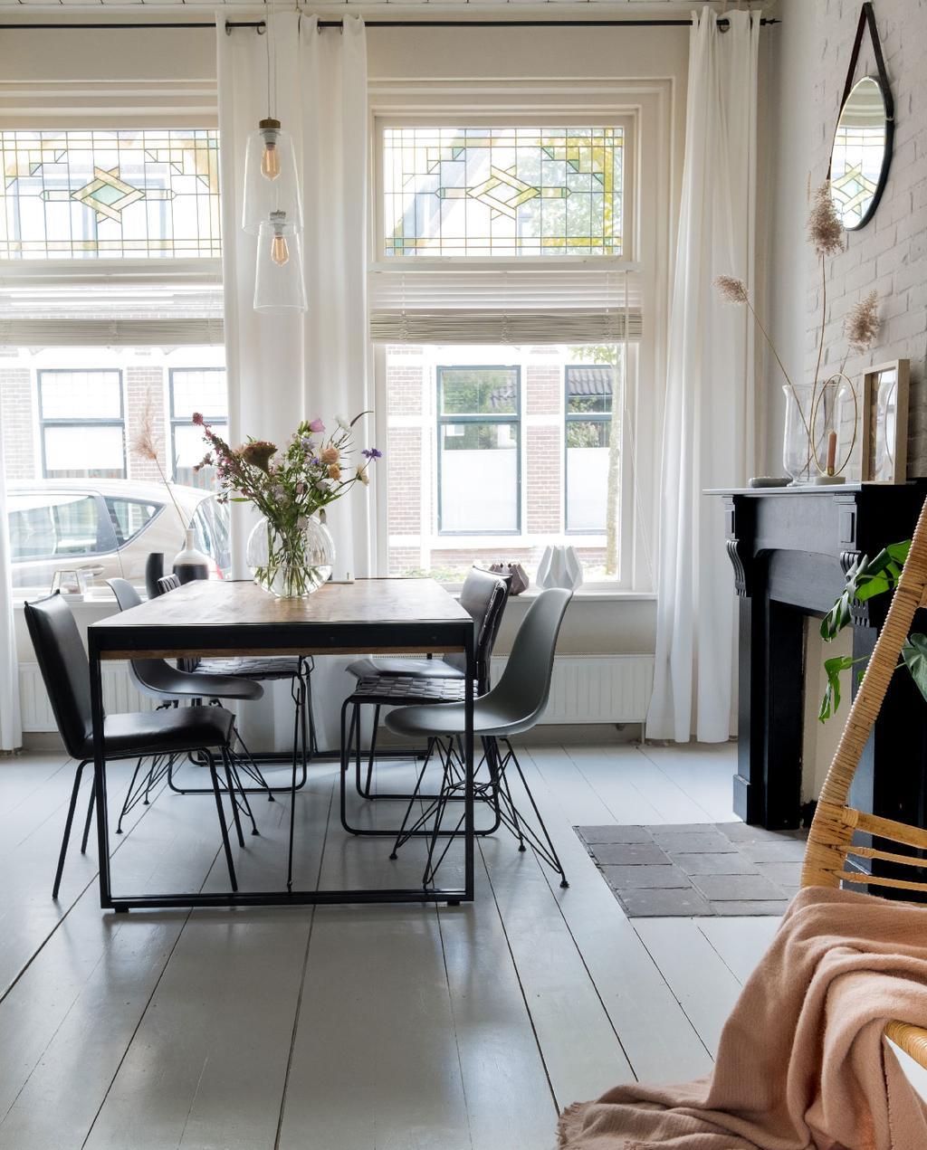 vtwonen 08-2020 | binnenkijken in een zomerse eetkamer in meppel donkerhouten eettafel glas in lood