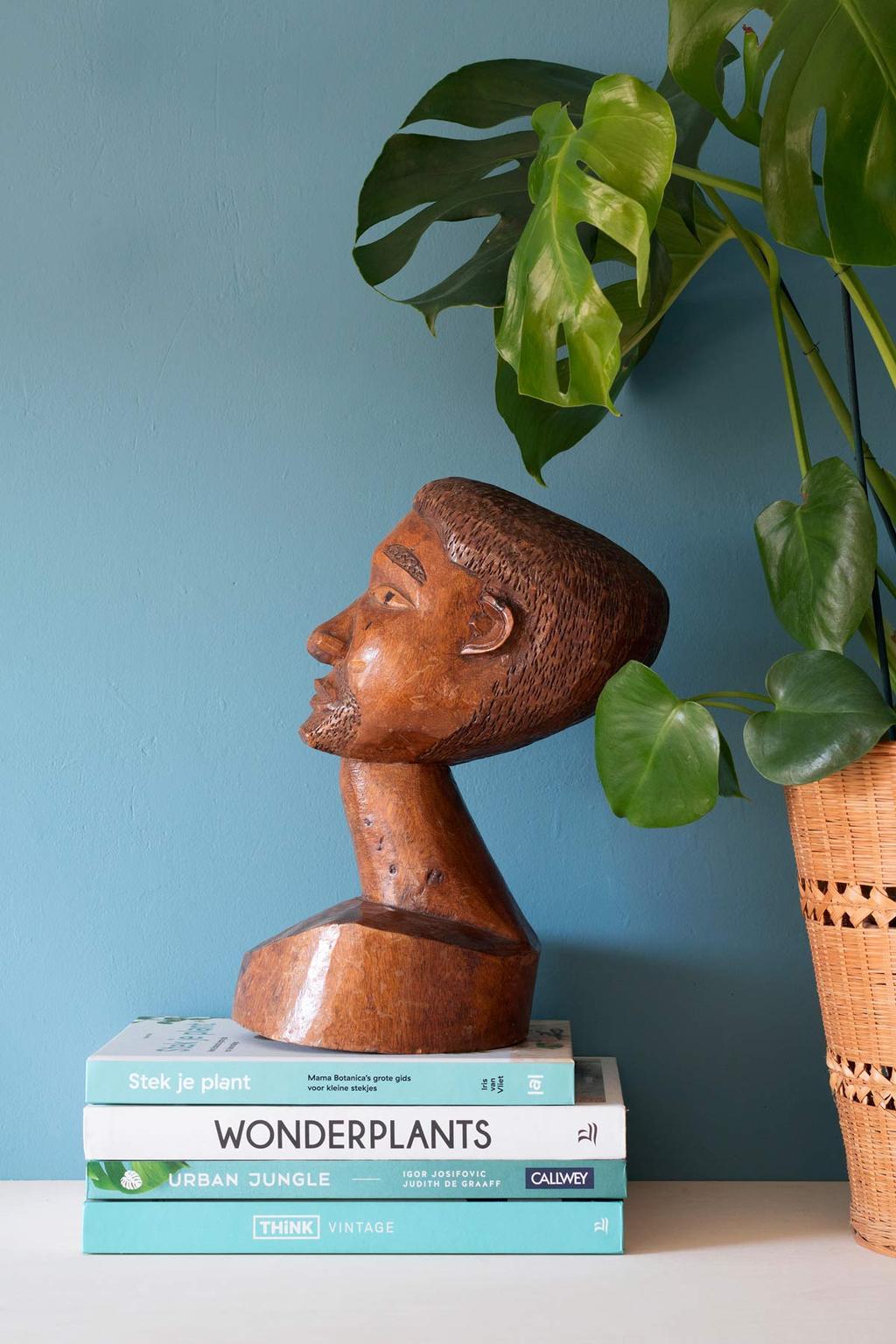 Houten ornament op tafelboeken voor een blauwe muur