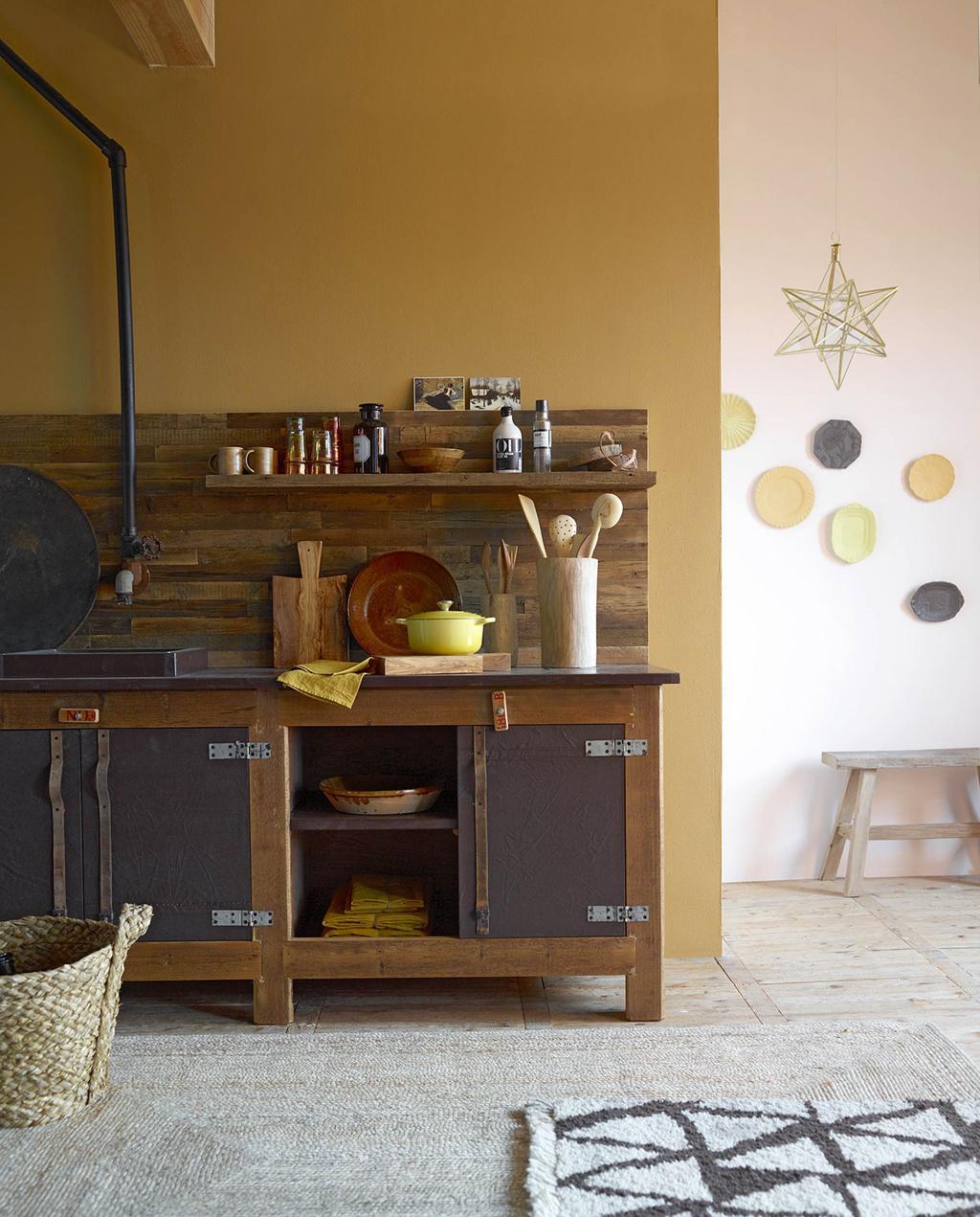 vtwonen 01-2016 | okergeel houten keuken met lamp van ster
