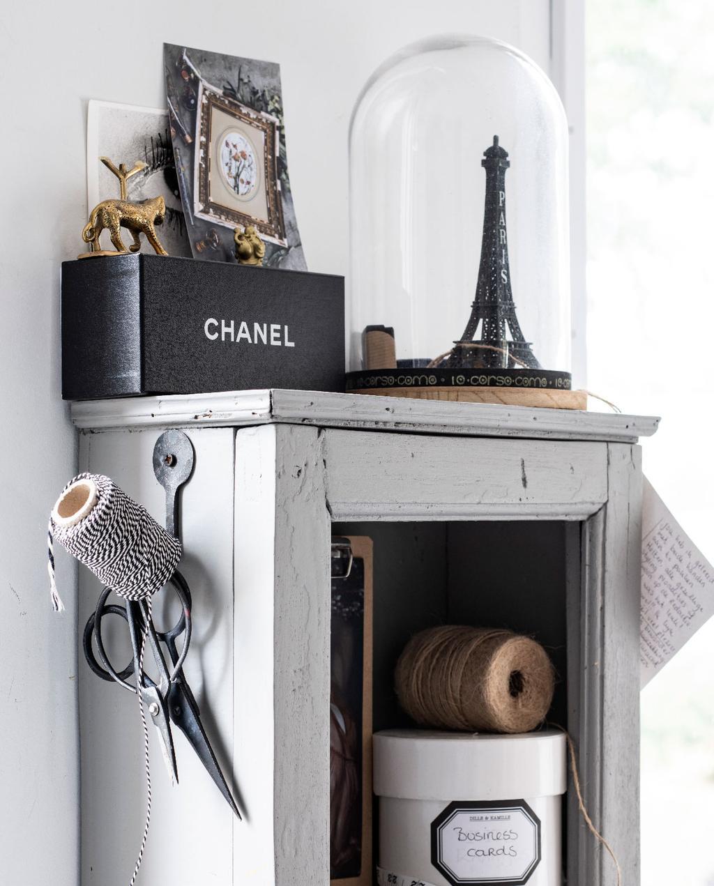 vtwonen 09-2020 | binnenkijken minimalistische woning amsterdam antiek kastje met accessoires