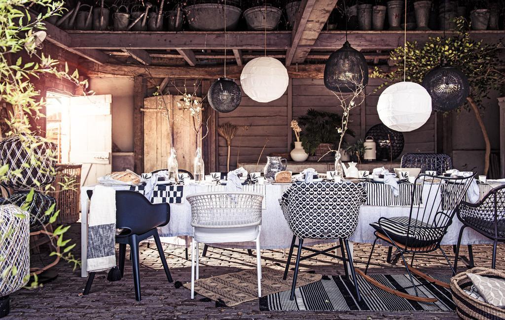 vtwonen tuinspecial 01-2020 | tuintrends feestje in de tuin met witte lampionnen