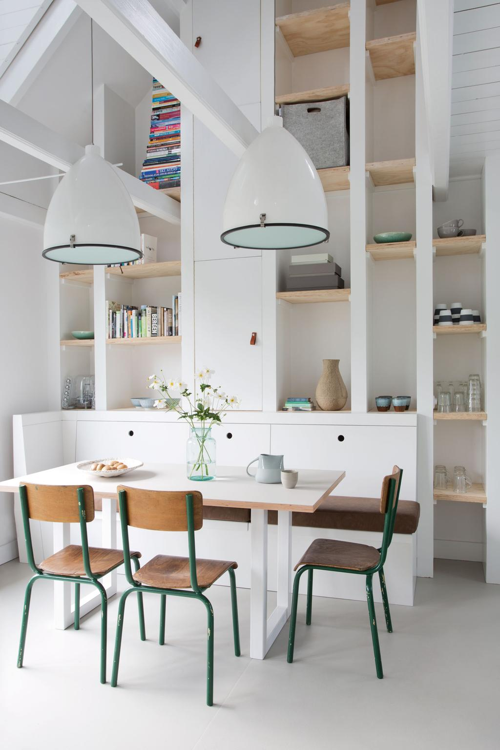 Een kastwand in de keuken zorgt voor zowel extra opbergruimte als een open sfeer