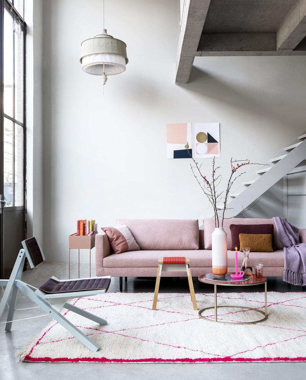 Een woonkamer met pasteltinten