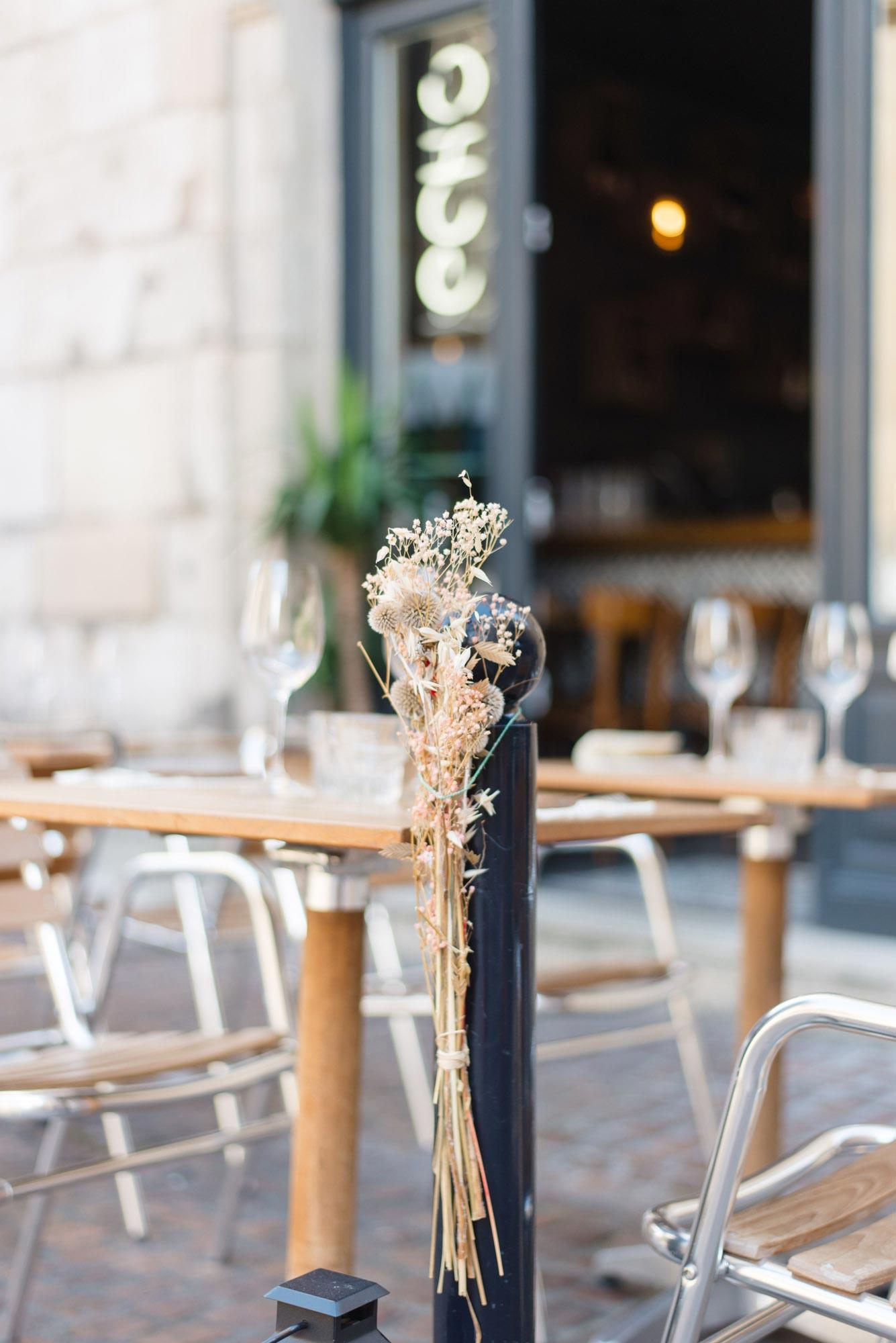 Versierde straatpaal bij restaurant Echo in Bordeaux