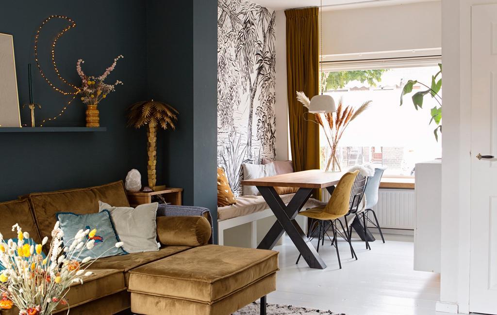 woonkamer en eetkamer met donkerblauwe muur en behang | vtwonen binnenkijken 04-2020