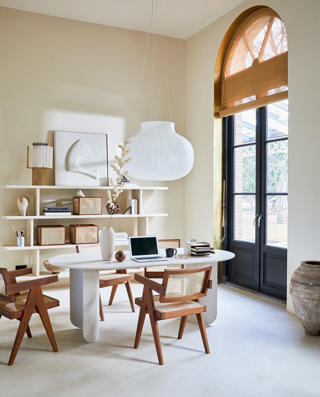 vtwonen 04-2021 | ovalen bureau met webbing stoelen