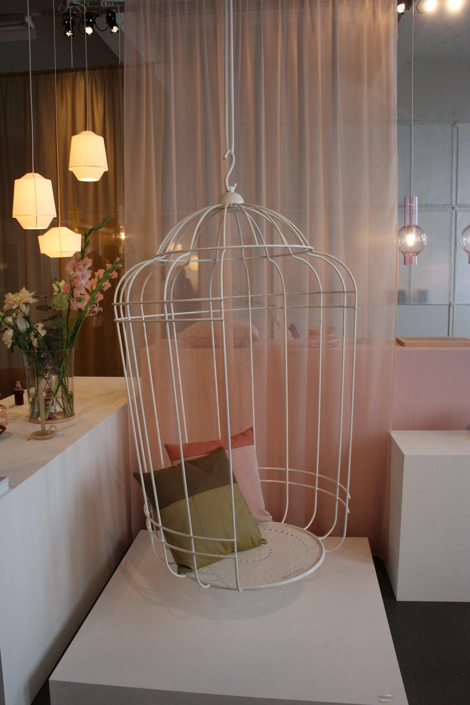 ></p> <h2>4. Design Academy Graduation show</h2> <p>Bij de Design Academy Graduation show vind je ontwerpen van net afgestudeerde studenten. Wat ons opviel is dat alle ontwerpen een aanvulling zijn voor items die je al in huis hebt. Neem bijvoorbeeld de Wobble-Up, een vloerkleed dat ook als stoel gebruikt kan worden.</p> <h2>5. EH&I top 25 Dutch Designers</h2> <p>Tijdens de Dutch Design Week presenteert Eigen Huis & Interieur de top 25 Dutch Designers. Iedere ontwerper kreeg een eigen nummer met een custom-made cover van mode-illustrator Piet Paris. Benieuwd welke ontwerper er op nummer 1 staat? Neem dan zeker even een kijkje in de Kazerne.</p> <p><div class=