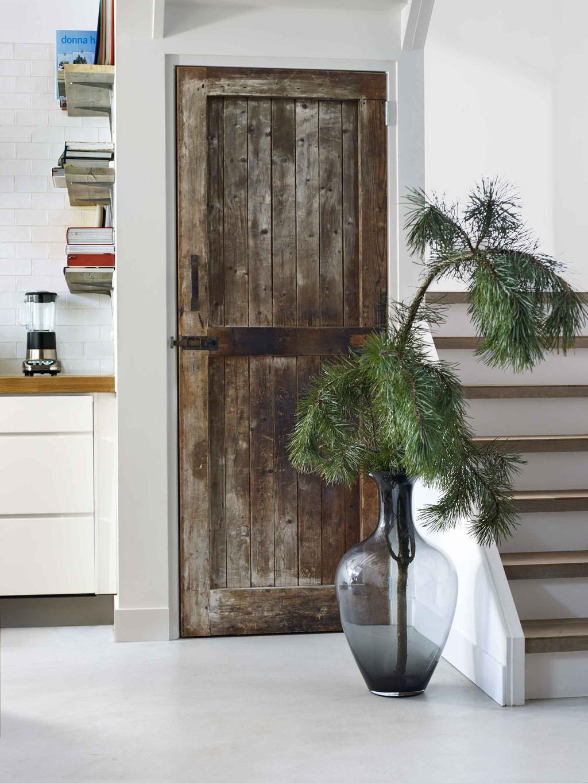 Een oude schuurduur als kastdeur in de keuken