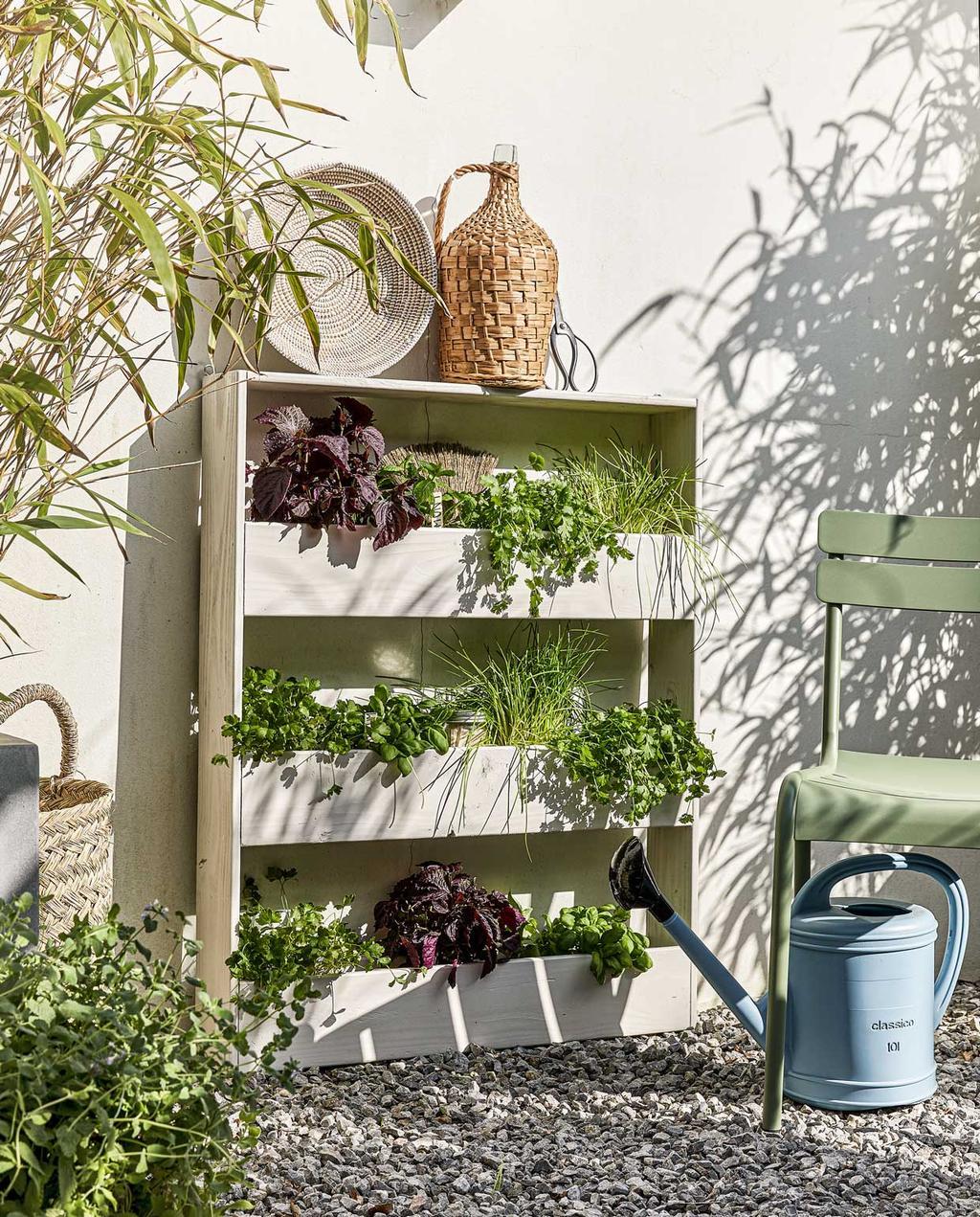 vtwonen special tuin 04 05-2021 | DIY plantenrek van wit hout met kruik bovenop, blauwe gieter en bamboe