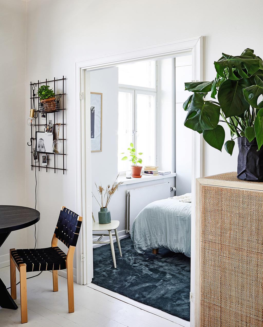 vtwonen special tiny houses | ronde tafel in deuropening