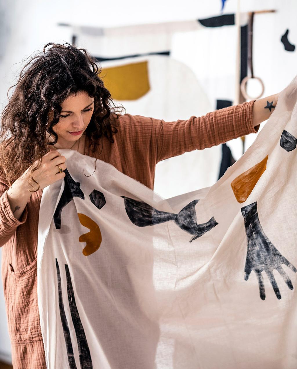 vtwonen 02-2021   Neeltje met zelfgemaakte doek in hand