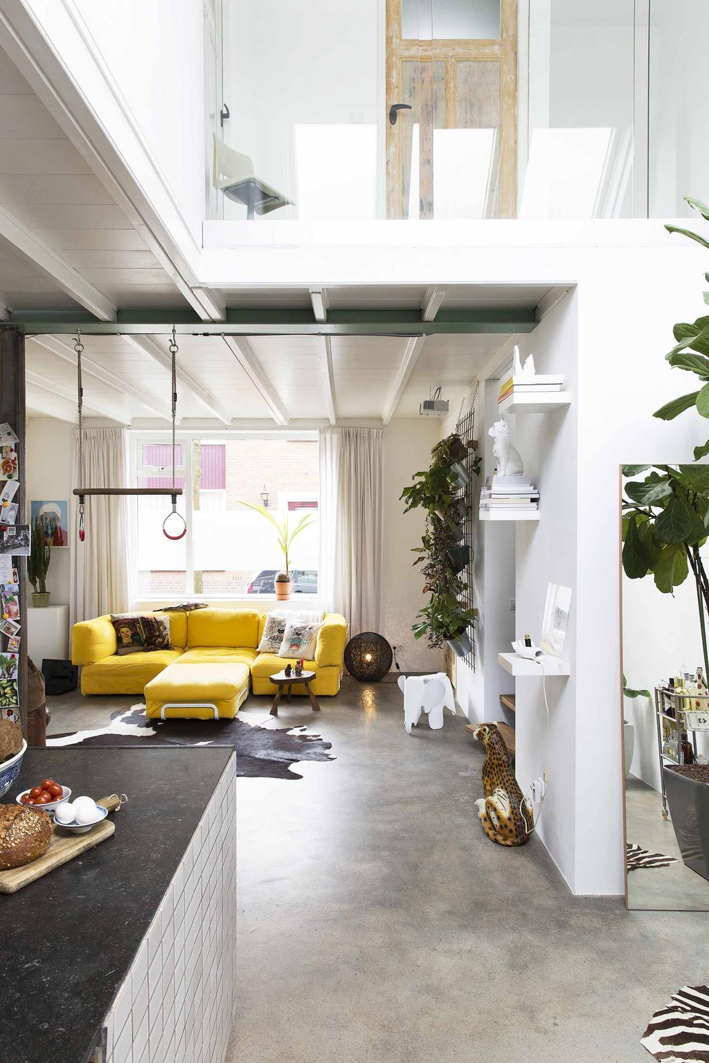 Gele bank in woonkamer