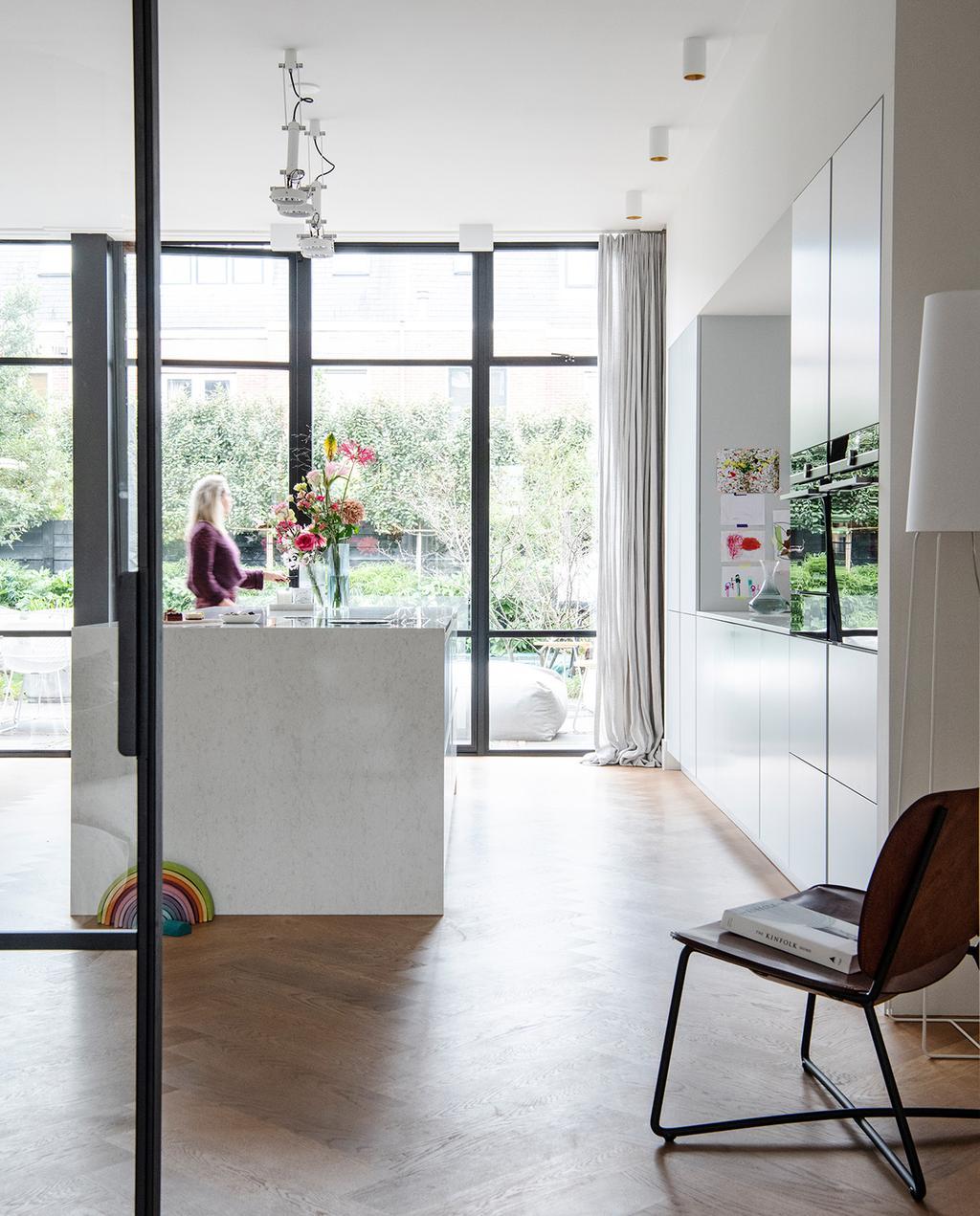 vtwonen 04-2021 | keuken met grote glazen wand en kookeiland