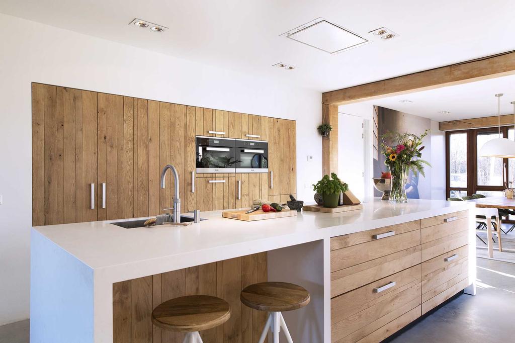 Houten keuken met bar