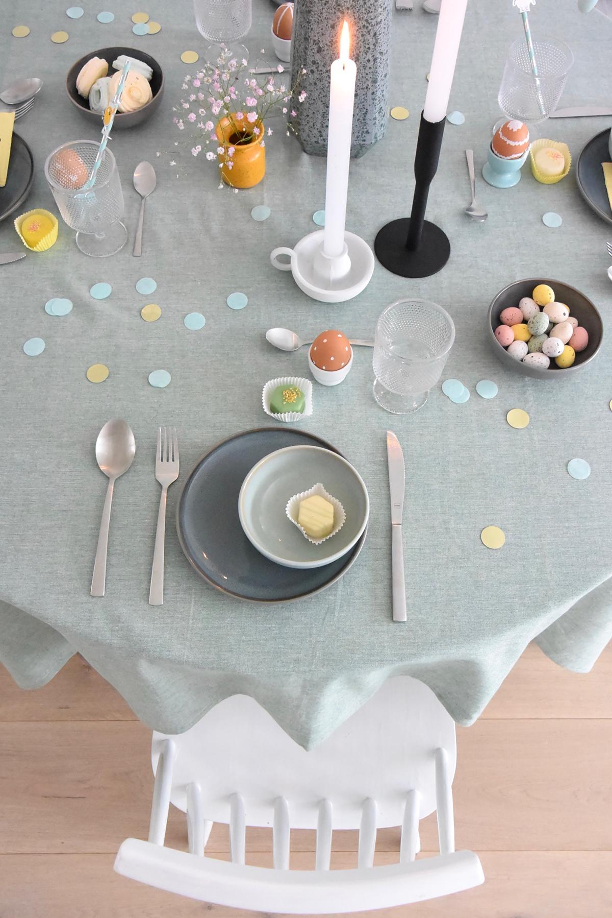 Hema-paastafel-grijs-bord-groene-kom-witte-kaarsen-confetti-paaseitjes