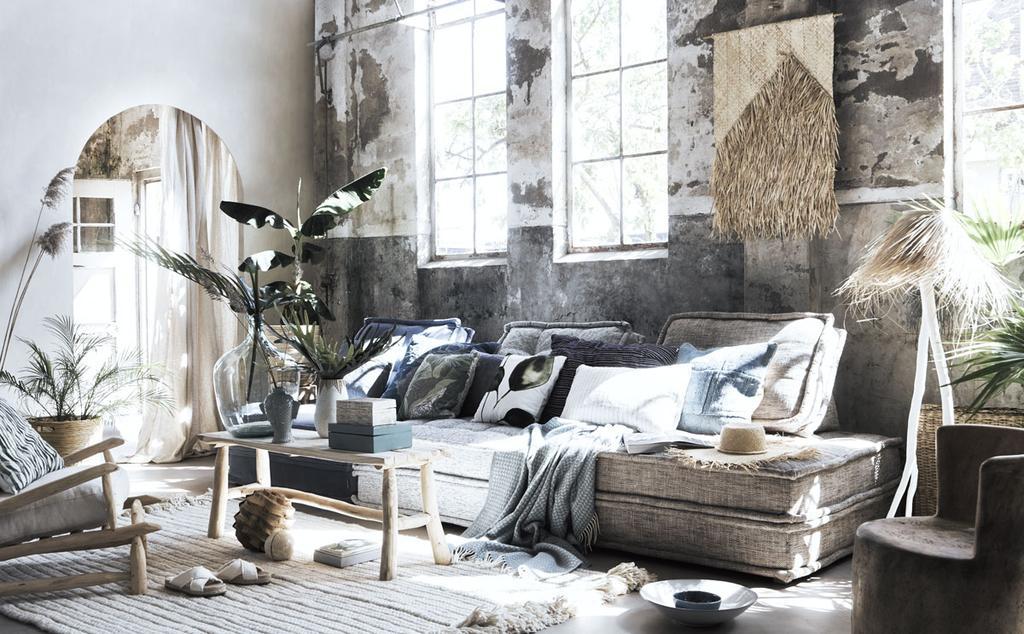 Woonkamer met blank hout en riet voor een strandhuis-look