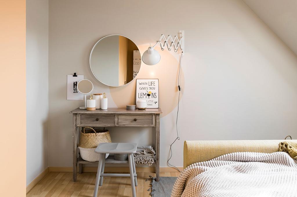 Een make-uptafel in de slaapkamer van Nathalie uit de vierde aflevering van het tweede seizoen van 'Een frisse start met vtwonen'.