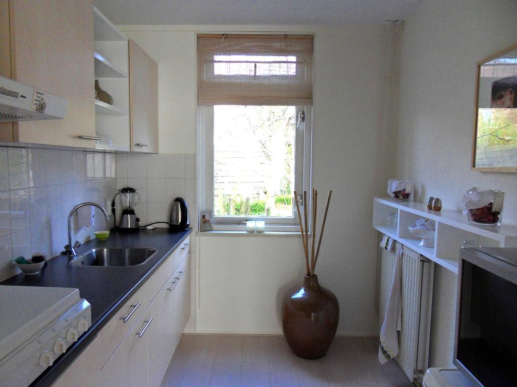 de-keuken-is-klein-maar-door-gebruik-van-lichte-kleuren-witte-open-vakken-en-natuurlijk-bamboeraambekleding-ik-kook-graag-en-daarbij-zou-een-mooi-set-serveerplanken-van-hout-handig-en-het-zou-mooi-staan-in-deze-keuken
