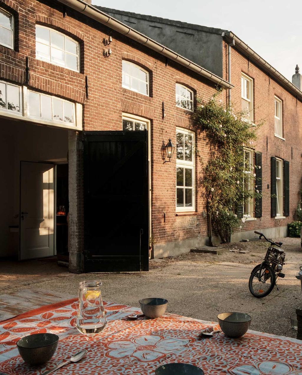 vtwonen 10-2020 | Kijkkamer bommelerwaard | gedekte tafel voor het huis