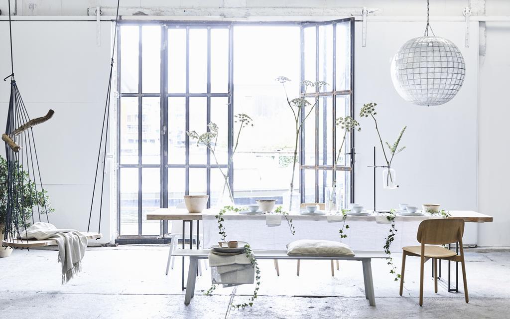 In dit interieur worden neutrale kleuren gebruikt voor een rustige basis.