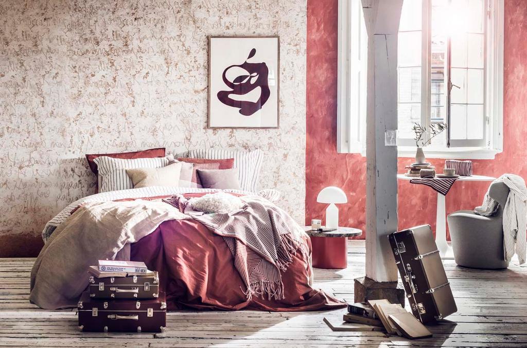Slaapkamer met rode muur en letters als muurdecoratie
