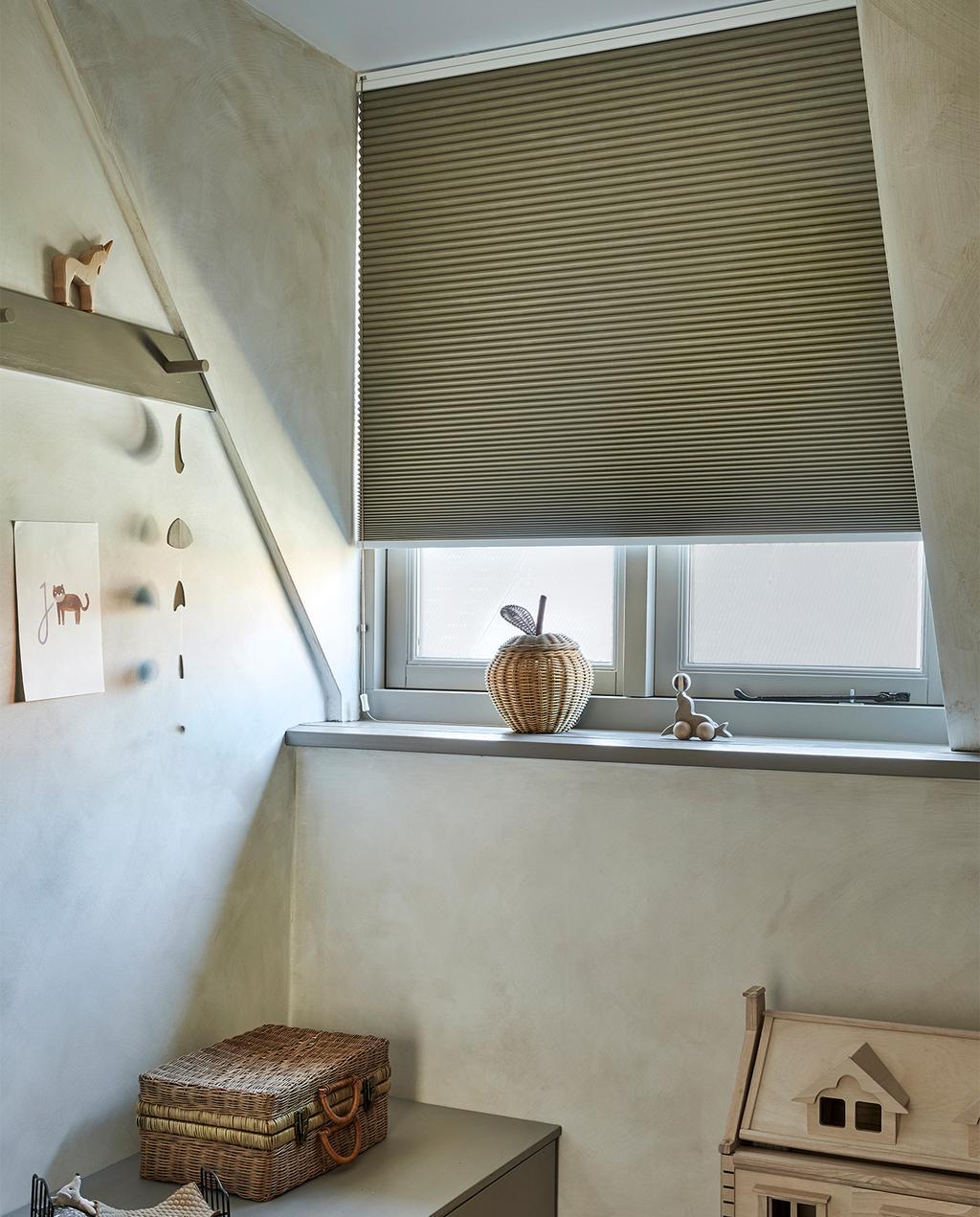 vtwonen 09-2021 | speelgoed huis voor het verduisterde raam met plisségordijn