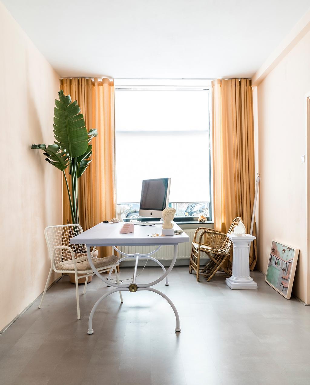 vtwonen special tiny houses 03-2021 | bureau met computer in wevershuis en oranje gordijnen